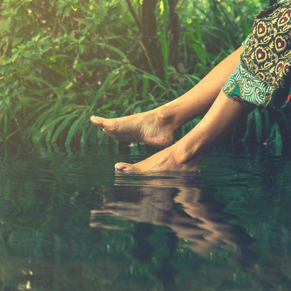 Pangenius Piedi dentro acqua del fiume